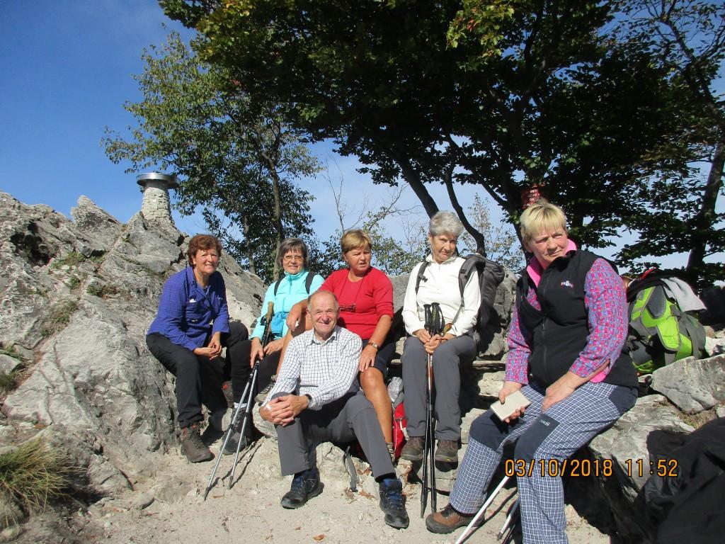 zaslužen počitek na Grmadi, sredinsko spredaj najbolj varovan planinski vodnik RUDI