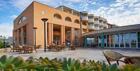 vhodni del hotelskega kompleksa Delfin